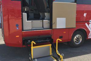 Los pasajeros de movilidad reducida pueden realizar sus desplazamientos en sus sillas de ruedas, ancladas al piso del microbús, de una manera totalmente segura.
