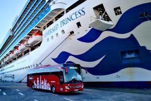 Uno de nuestros Tourismos se dirige a la salida de pasajeros del Emerald Princess para visitar la Región de Murcia
